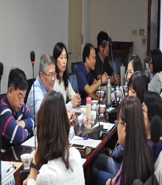 檔案研習會場與會者熱烈討論